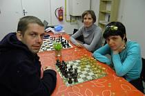 """S RÍŠOU HRAJE ŠACHY devětadvacetiletá Markéta Mašková pravidelně. """"A skoro vždycky mě rozdrtí,"""" říká se smíchem Markéta, která se účastní i otevřených šachových turnajů"""