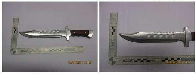 Nůž, kterým muž bodl ženu.
