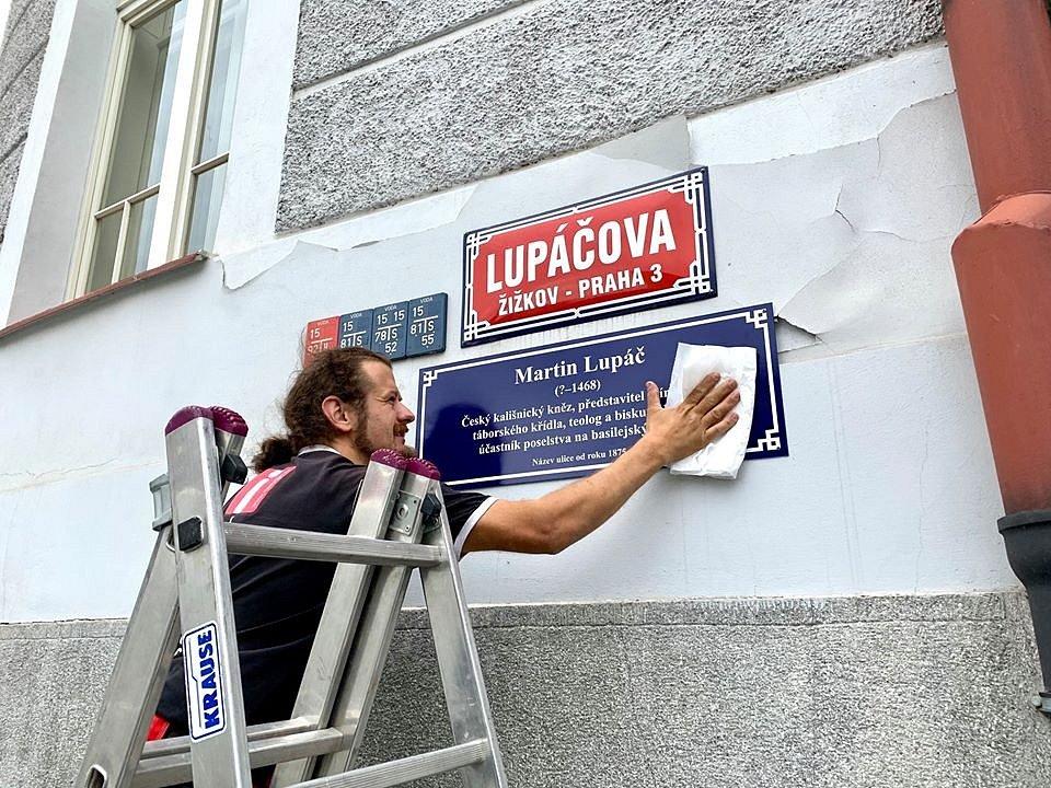 K 600. výročí bitvy na Vítkově žižkovská radnice vytváří cestu po stopách husitství. Názvy ulic vysvětlují tabulky.