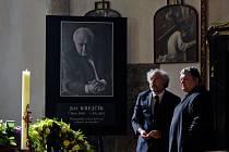 Poslední rozloučení s režisérem Jiřím Krejčíkem proběhlo 16. srpna v pražském kostele sv. Vojtěcha. Na snímku převor břevnovského kláštera pater Prokop Siostrzonek (vpravo).
