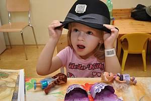 Potěšit malé pacienty na oddělení dětí a dorostu Všeobecné fakultní nemocnice v Praze na Karlově náměstí přišli v pondělí příslušníci speciální pořádkové jednotky pražské policie