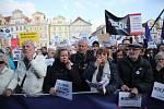 Lidé na Staroměstském náměstí v Praze demonstrují za nezávislost justice kvůli jmenování Marie Benešové ministryní spravedlnosti (6. května 2019).