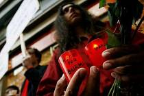 Lidé se sešli podpořit demonstrace v Barmě symbolicky u památníku 17. listopadu 1989 v Praze.
