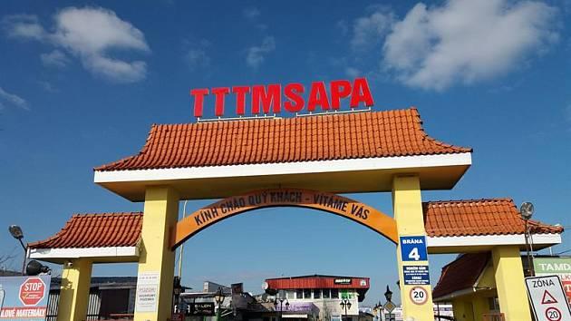 Kontrolní akce na tržnici Sapa - padělky hraček a porušení zákona o evidenci tržeb.