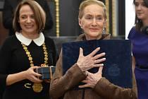 Pražská primátorka Adriana Krnáčová (vlevo) předala v úterý 1. března 2016 čestné občanství hlavního města Prahy operní pěvkyni Soně Červené.