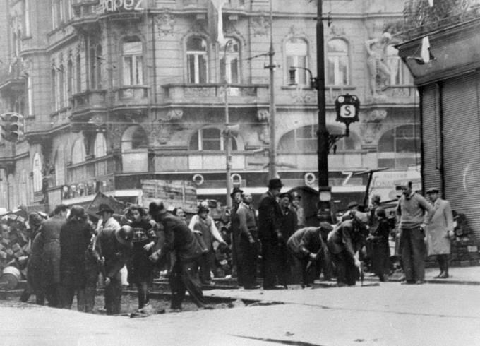 Pražské povstání. Stavba barikády ve Spálené ulici v Praze.