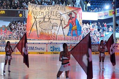 Třetí derby. Před začátkem slibovali sparťanští fanoušci slávistům rudé peklo.