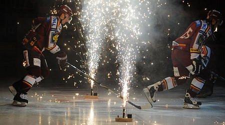 Třetí derby. Nástup domácích hokejistů.
