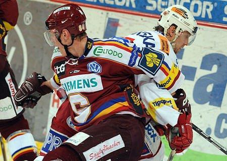 Třetí derby. Jakub Langhammer se snaží odpoutat od Petra Kadlece.