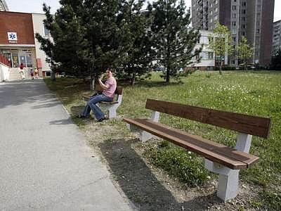 Lidé si nyní mohou před poliklinikou odpočinout na lavičkách.