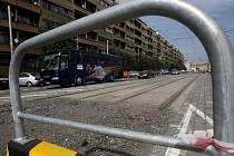 KOLEJE PŘES LETNOU NEPOVEDOU. Úplná výluka tramvají skončí o rok dříve. Provizorní trať za sto milionů se proto stavět nebude.