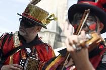 Průvod vystupujících souborů festivalu Pražské folklórní dny.