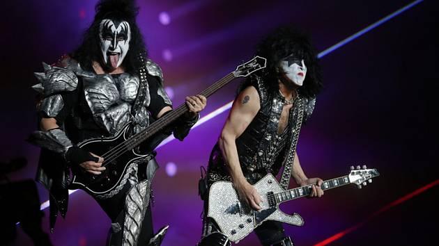 Skupina Kiss - Gene Simmons a Paul Stanley při vystoupení skupiny Kiss v Mexico City.