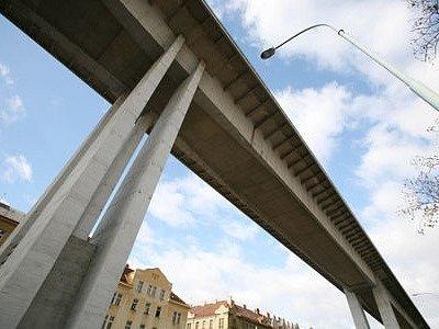 ZÁBRANY SE OSVĚDČILY. Za devět měsíců, co uplynulo od nainstalování speciálních převislých mříží, neukončil skokem z Nuselského mostu svůj život ani jeden sebevrah.
