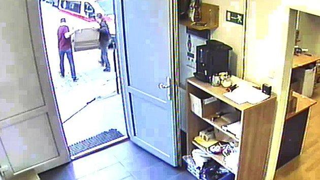 Pražská policie hledá podvodného kurýra.