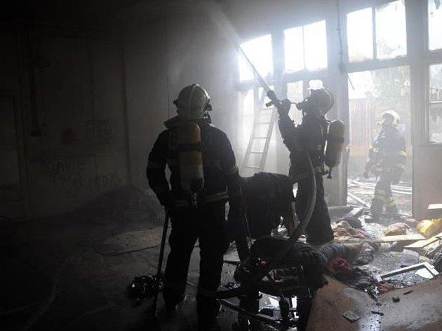 Likvidace požáru na lokalitě Bohdalec v Praze 10, kde se odehrály některé scény z filmu Obecná škola.
