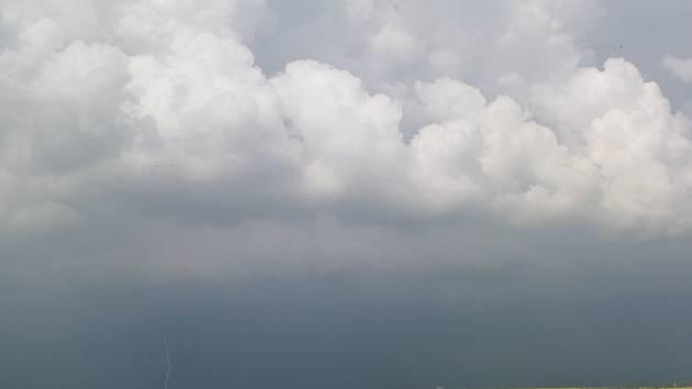 Bouřka nad Prahou v pondělí 28. dubna 2014.