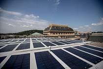 Solarni panely na střeše provozní budovy Národního divadla v Praze.