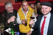 V populárním klubu v centru Prahy, kde se Ivan Jonák rozhodl pozdravit veřejnost, uspořádal party jeho kamarád DJ Uwa. Nechyběl tam ani šéfredaktor Pražského deníku Ondřej Leinert (vpravo).