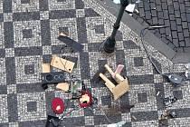 Ječící žena naházela z okna věci na chodník v centru Prahy.