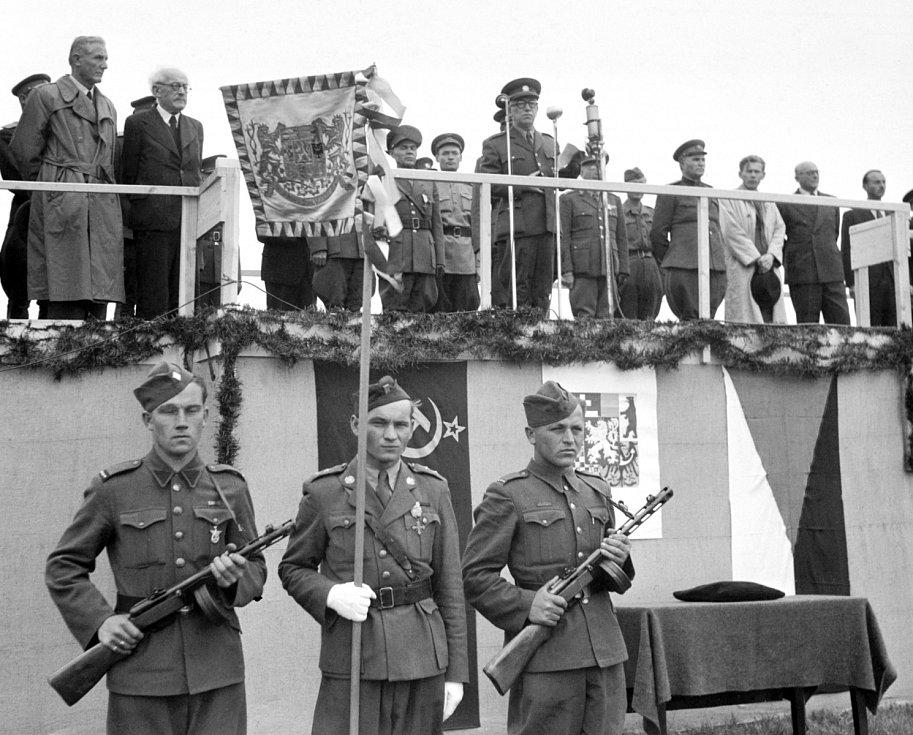 Přehlídka. Na letišti v Letňanech se konala přehlídka 1. československé smíšené letecké divize. Přehlídce přihlížel prezident Edvard Beneš (na tribuně u mikrofonu) a zástupci československé vlády.