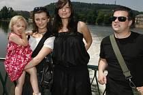 """""""Adriana je emocemi zmítaná žena,"""" říká o své roli Jitka Čvančarová. (Na snímku uprostřed, vlevo od ní Ivana Jirešová, vpravo pak Filip Rajmont.)"""