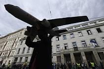 Demonstrantka s modelem letadla - Demonstrantka pózuje s modelem letadla 14. května 2020 před budovou ministerstva financí v Praze při protestu proti financování leteckého průmyslu a rozšiřování kapacit Letiště Václava Havla.