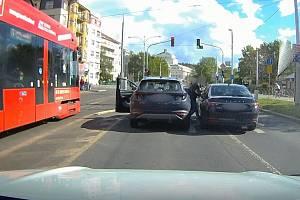 Opilá řidička v ulicích Prahy.