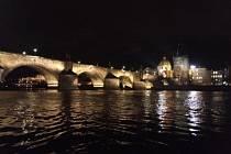 Karlův most opět svítí, instalovány jsou i speciální clony.