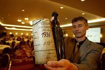 Vinař Radomil Baloun ukazuje lahev archivního Suavignonu z roku 1936, která se jako nejstarší lahev vína v ČR, dražila 22. listopadu v Praze na dobročinné aukci.