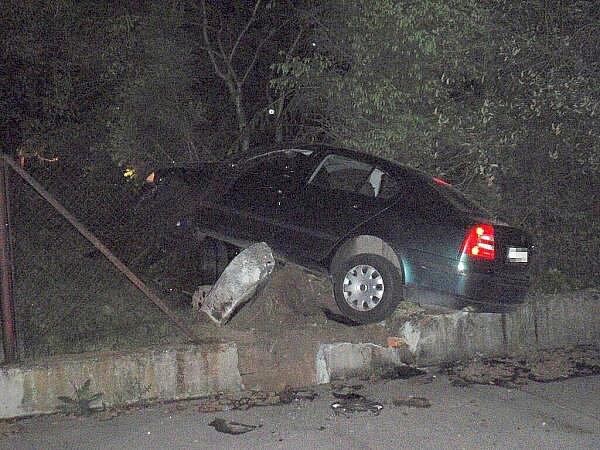 ehodou se zraněním skončila v noci na úterý honička, při níž se pražští strážníci pustili za ukradeným autem. Stíhací jízda ale vlastně skončila dřív, než doopravdy začala. Prchající řidič totiž záhy havaroval.