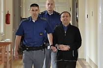 Městský soud v Praze poslal na tři a půl roku do věznice s dozorem 50letého Íránce Behrúze Dolatzádího.