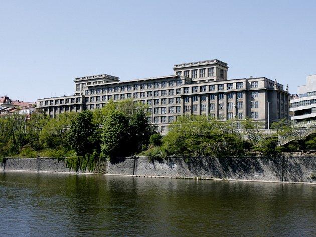 JEN DO ROKU 2015 platí nájemní smlouva mezi ministerstvem financí a městskou částí na pronájem prostor v budově na nábřeží Kapitána Jaroše, kde dosud sídlí radnice Prahy 7.