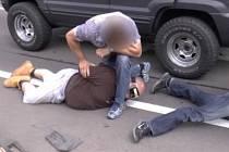 Policisté dopadli pašeráky drog, kteří převáželi zboží v lahvích od vína.