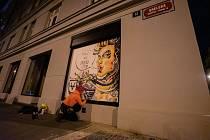 Některé budovy v centru Prahy pokrylo graffiti. Akce má upozornit na nedostatek legálních ploch pro street art. Většina z maleb zůstane dočasně.