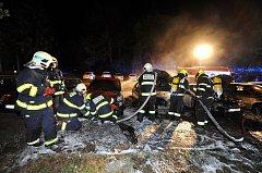 Noční požár zničil čtyři auta