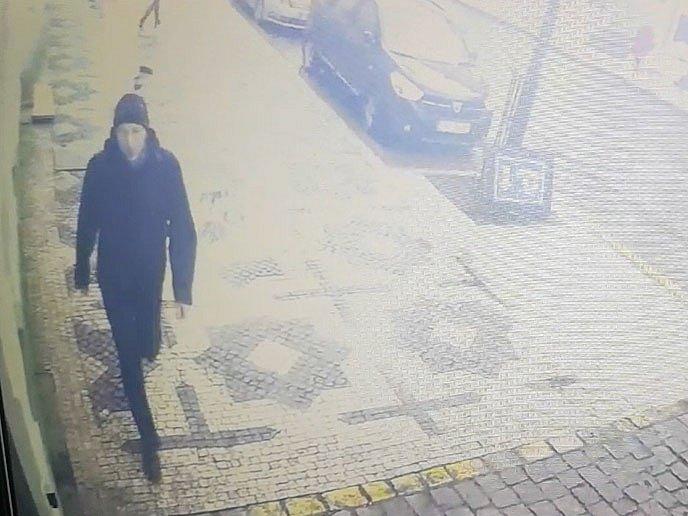 Kriminalisté hledají pachatele, který ženám v tramvajích stříhá vlasy.