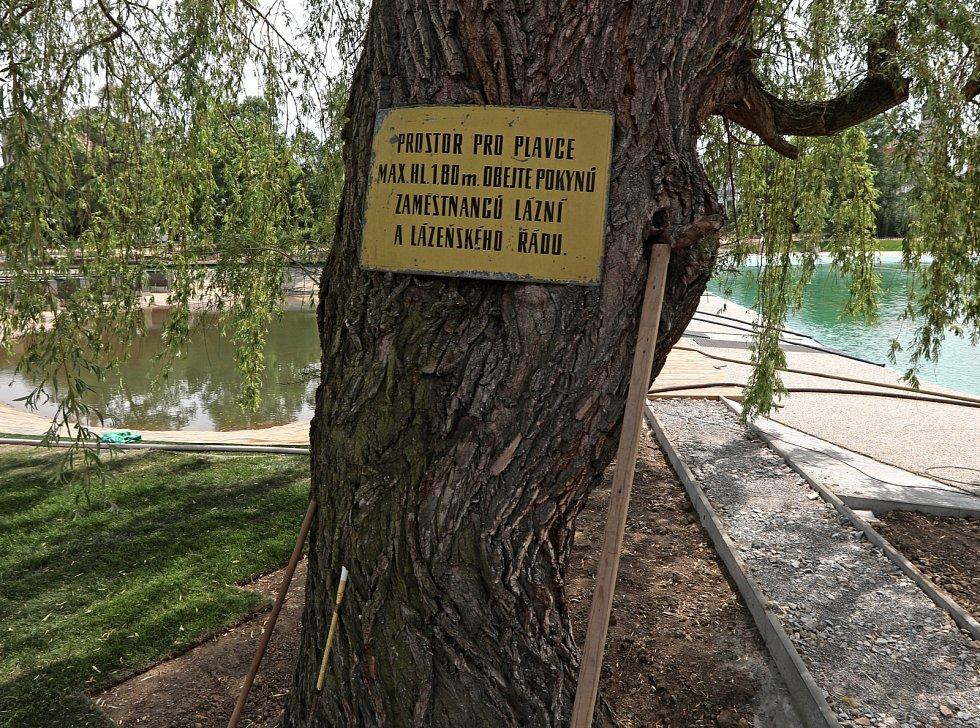 Cedule připomíná původní přírodní koupaliště. Kvůli biotopu budou muset návštěvníci dodržovat přísnější koupací řád.