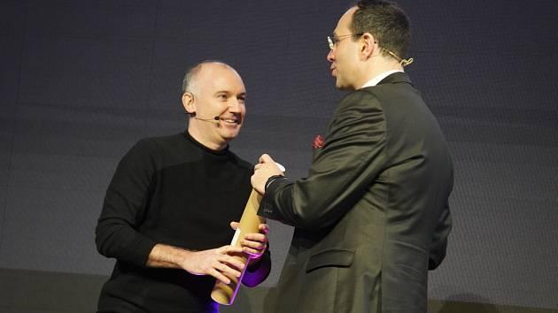 Zakladatel projektu Manifesto Martin Barry (vlevo) přebírá cenu Obchodník roku.