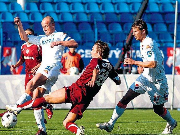 PROTI DVĚMA. Sparťan Matušovič (uprostřed) v nekompromisním souboji s ostravskými fotbalisty Lukešema Střihavkou.