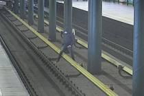 Mladík se v metru rozhodl přejít na druhé nástupiště přes kolejiště.