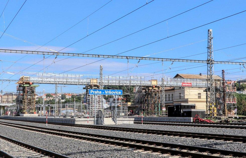 Od pondělí 22. června 2020 začala na nádraží ve Vršovicích fungovat provizorní lávka na 4. nástupiště.