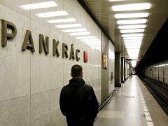Přestupní stanicí s trasou C bude stanice Pankrác a s trasou A stanice Náměstí Míru. Všechny stanice jsou naplánovány se dvěma vestibuly, respektive výstupy pro veřejnost, kromě stanice Písnice, která je jednovestibulová.