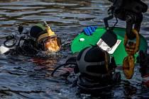 Potápěči Hasičského záchranného sboru hl. m. Prahy cvičili 4. srpna na pražském Rašínově nábřeží likvidaci úniku nebezpečné látky do Vltavy.