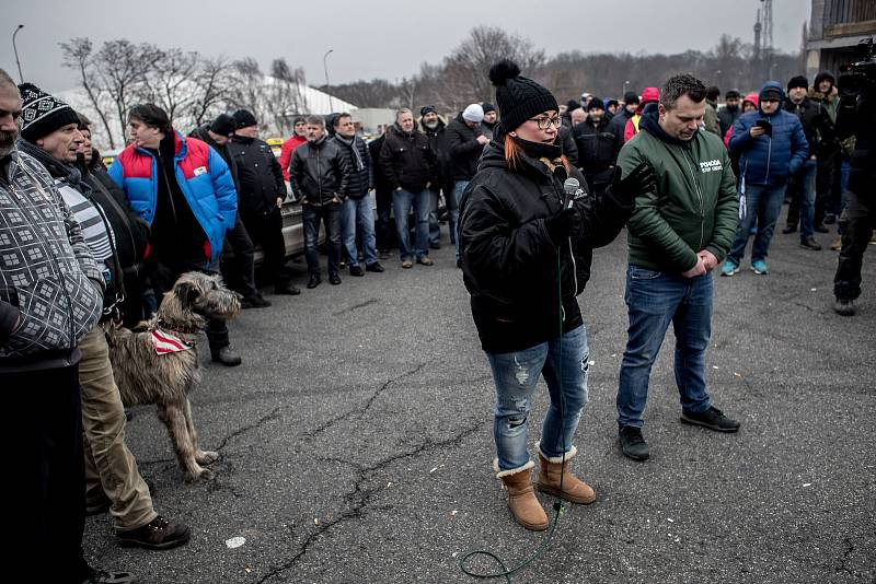 Sraz taxikářů na pražském Strahově před jejich protestní jízdou centrem Prahy 8. února.