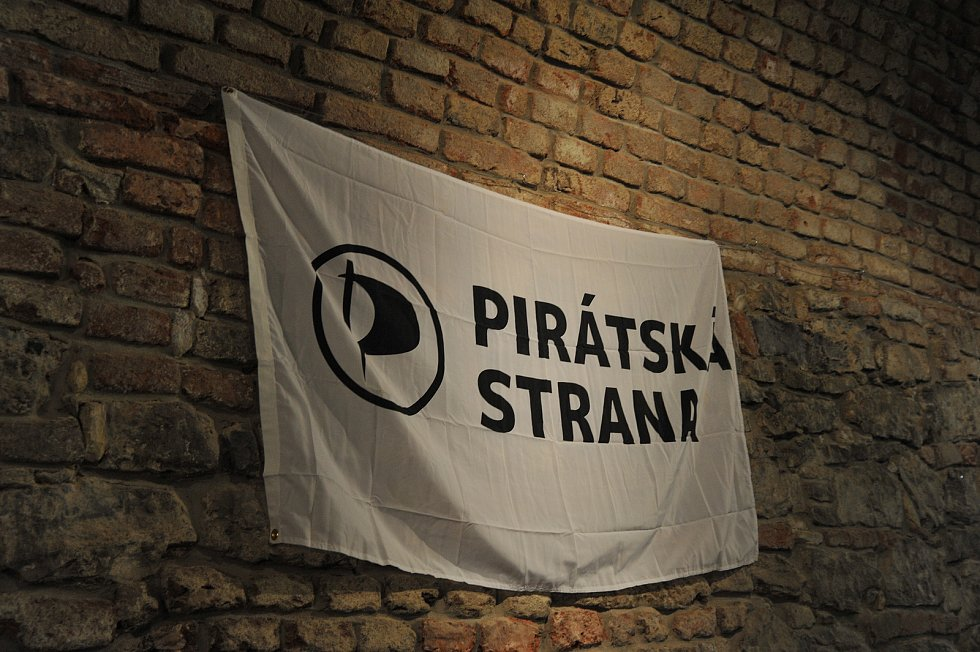 Zástupci Pirátů sledují výsledky sněmovních voleb. 20.10.2017