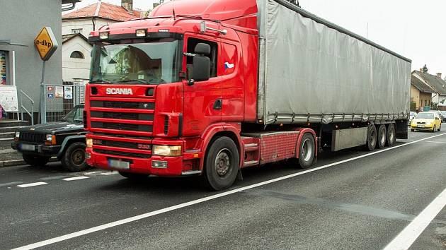 Obyvatelé Říčan poslali v rámci hlasování o problémech města radnici jasný vzkaz. Nejvíce je trápí projíždějící nákladní auta s hmotností nad 12 tun. Ruší okolí nadměrným hlukem, ničí silnice, zhoršují životního prostředí a ohrožují bezpečnost provozu.