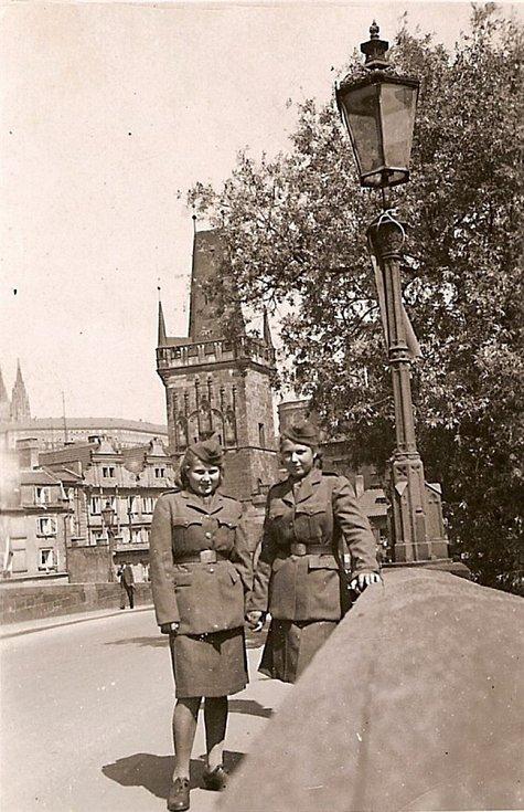 Zleva Věra Biněvská-Golubeva, Sylvie Laštovičková-Abrosimova. Praha, květen 1945.