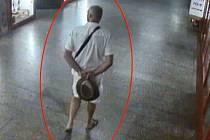Muž hledaný v souvislosti s vyšetřováním loupeže v podchodu metra Florenc.