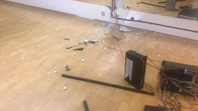 Muž zdemoloval fitness centrum v Praze 5.